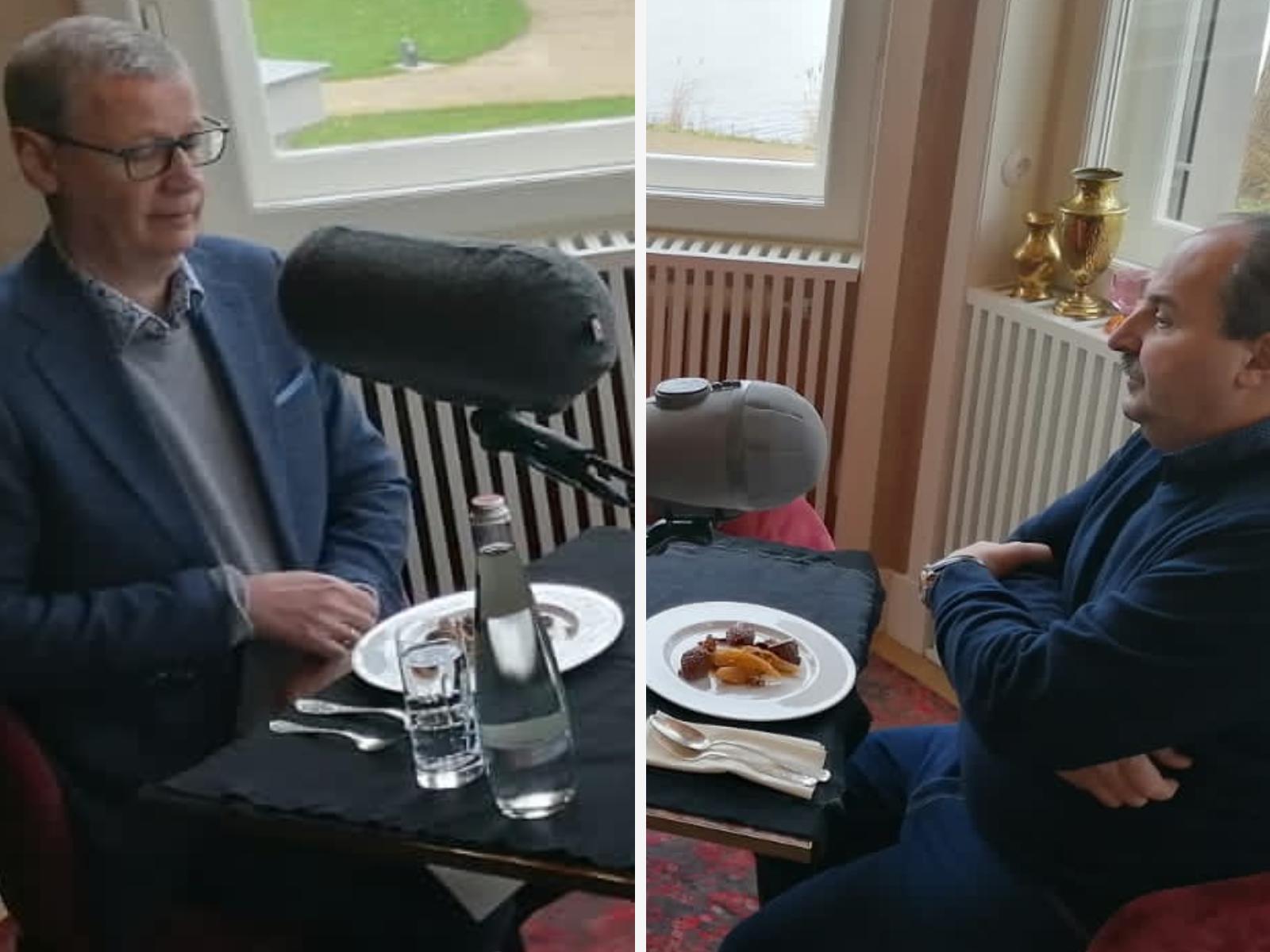 Günther Jauch und Johann Lafer genießen Lebkuchenmousse mit Mandel-Birnen-Kompott